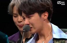 """BTS """"올해 초 해체 생각까지…""""'올해의 가수상' 수상에 눈물 펑펑"""