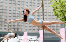한마리 새처럼…서울광장서 펼쳐진 '폴 댄스'