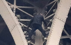 에펠탑 기어오르는 사람 발견돼한때 '폐쇄'…방문객 대피