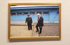 트럼프-김정은 '판문점 회동사진'백악관 웨스트윙에 걸렸다
