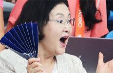 """""""최고! 다 멋져요!"""" 환호김정숙 여사, 男수구 열띤 응원"""