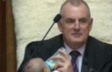 의원 질의중 아기 젖병 물린뉴질랜드 국회의장님, 왜?