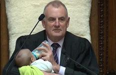 젖병 물리고 얼르며 회의 진행한뉴질랜드 국회의장 '화제'