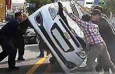 뒤집힌 차량 바로 세워 운전자 구한 시민들