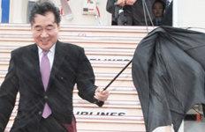 우산 뒤집어져도 '방긋' 李총리한일 개선 메시지 전달 '올인'