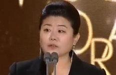 """이정은, 청룡 여우조연상""""주목받으니 겁났다"""""""