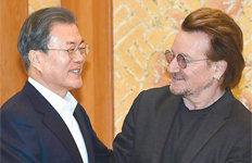 """'U2' 보컬 보노 만난 文대통령""""평화의 길에 예술 역할 커"""""""