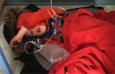 병원 바닥에 누운 아동 사진외면한 존슨 총리…구설 올라