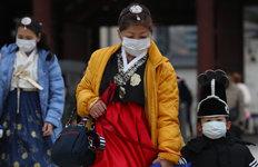 우한폐렴 공포에 마스크 쓰고한복 입은 관광객들
