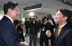 """""""화이팅 하세요"""" 안철수-오신환의 짧은 만남"""