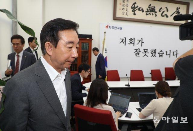 """[청계천 옆 사진관]""""진퇴양난 김성태""""…내홍에 빠진 한국당"""