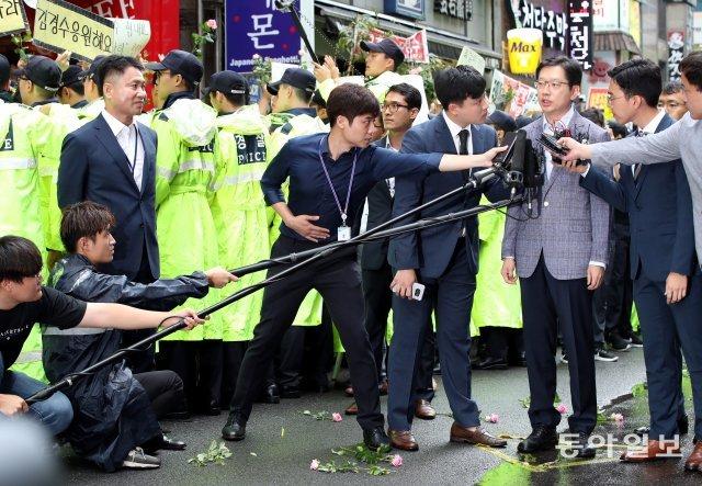 [청계천 옆 사진관] 김경수 꽃길 걷던 날