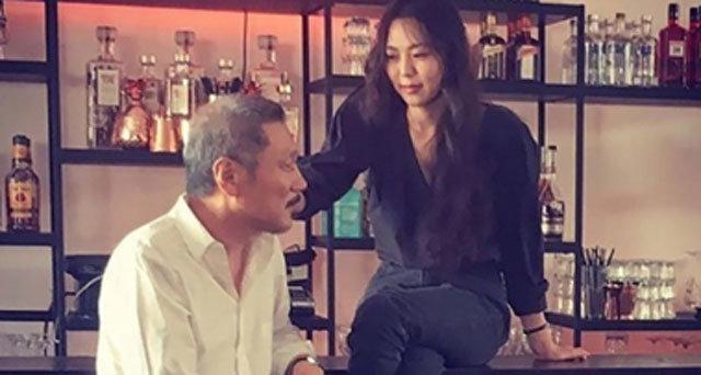 홍상수, 이혼 재판…연인 김민희와 세상 오붓해