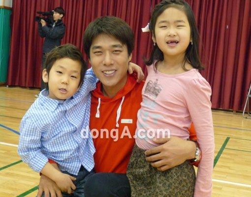 김동성: '쇼트트랙 영웅' 김동성, 아이들과 즐거운 한때 : 스포츠동아