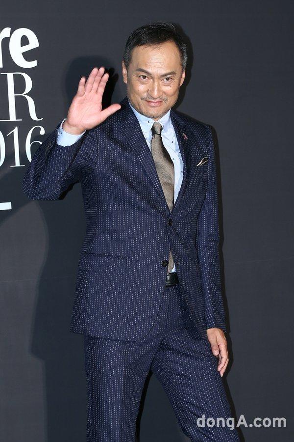 [동아포토]와타나베 켄 '젠틀한 손인사~'