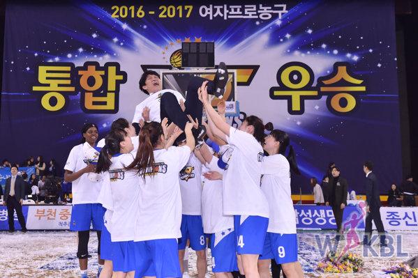 '우리'가 천하제일!…5시즌 연속 통합우승…박혜진 MVP