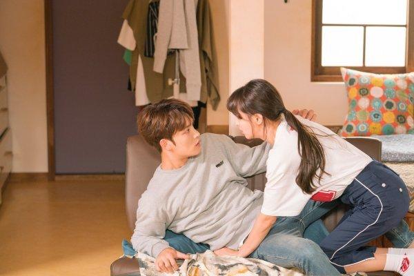 [DAY컷] '맨홀' 김재중X정혜성, 아찔 눈맞춤…우정과 사랑사이