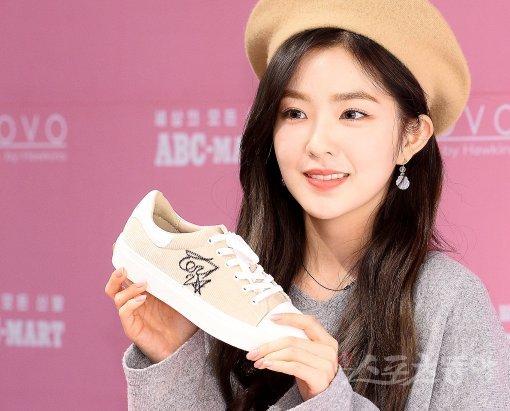 [포토] 레드벨벳 아이린 '세상에 하나밖에 없는 사인 신발이에요'