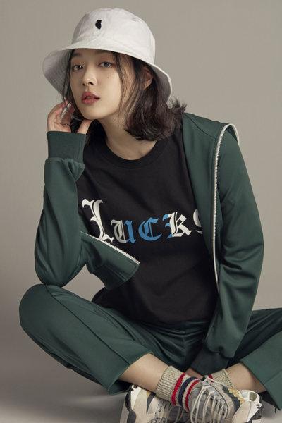 럭키슈에뜨의 '버킷햇+티셔츠 세트'를 소개하고 있는 모델 설리. 패션업계가 온라인 전용 상품을 늘리고 있다. 사진제공 코오롱FnC