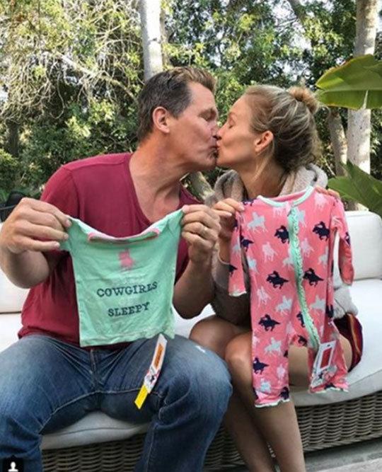 """[DA:할리우드] 조슈 브롤린, 임신한 20세 연하 아내와 포착 """"다정한 타노스"""""""