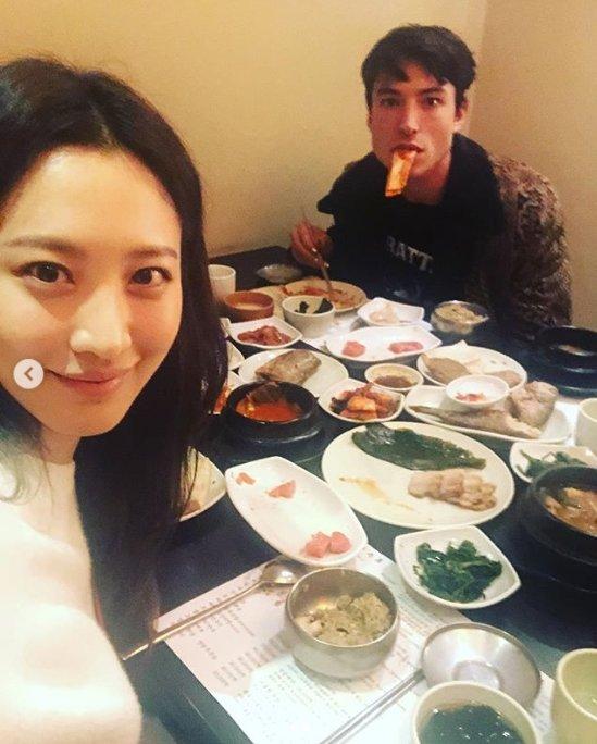 [DA:할리우드] 에즈라 밀러 깜짝 한국 방문 '한식 먹방 중?'