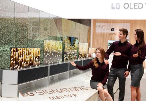 LG전자가 CES 2019에서 공개한 화면을 말거나 펼 수 있는 롤러블 TV인 'LG 시그니처 올레드 TV R'. 사진제공|LG전자