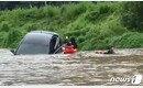 청송서 40대 여성 탄 승용차 물에 휩쓸려…제방에 걸려 구조