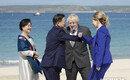 G7 정상들, 마스크 벗고 웃으며 팔꿈치 인사