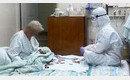 할머니 힘내시라고… 방호복 입고 화투놀이 함께 해준 간호사