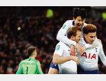 1월 8일 영국 런던 웸블리스타디움에서 열린 토트넘 홋스퍼와 첼시의 '2018~2019시즌 카라바오컵(리그컵)' 4강 1차전에서 해리 케인(왼쪽)이 페널티킥으로 결승골을 넣자 손흥민(가운데)이 토트넘 공격의 3각편대를 이루는 케인과 델리 알리를 뒤에서 포옹하고 있다. [동아DB]