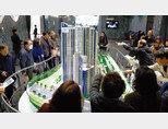지난해 11월 30일 서울 강남구 힐스테이트 갤러리에 오픈한 디에이치라클라스 본보기집을 찾은 시민들이 아파트 모형을 살펴보고 있다. [뉴시스]