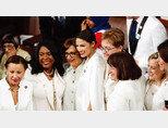 2월 5일(현지 시각) 미국 워싱턴 국회의사당에서 열린 도널드 트럼프 대통령의 의회 연두교서 발표 때 모두 흰옷을 입고 참석한 민주당 상하원 여성의원들이 알렉산드리아 오카시오-코르테스(AOC·가운데 키 큰 여성) 의원을 중심으로 모여 있다. [AP=뉴시스]