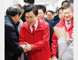 3월 15일 자유한국당 황교안 대표(가운데)가 4·3 보궐선거 통영·고성에 자유한국당 후보로 출마한 정점식 후보의 사무소 개소식에서 정 후보와 함께 당원들에게 인사하고 있다. [뉴시스]