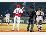 KIA 타이거즈 투수 문경찬이 3월 26일 광주 홈경기에서 9회 말 타석에 올라 한화 이글스 투수 정우람을 상대하고 있다. [동아DB]