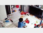 4월 1일 청와대 국민 청원 및 제안 게시판에 서울 금천구 아이돌보미의 14개월 영아 학대 장면이 담긴 폐쇄회로(CC)TV 영상과 피해 아동 부모의 탄원 글이 올라와 큰 논란이 일었다. [관련 영상 캡처]