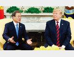 4월 11일 미국에서 열린 한미정상회담. 도널드 트럼프 미국 대통령은 한국의 무기 도입 의사에 세 번이나 감사를 표했으나 깊은 대화를 해야 하는 문재인 대통령과의 단독회담은 2분 만에 끝내버렸다. [AP=뉴시스]