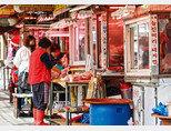 서울 금천구 독산동 우시장에는 여러 정육점이 밀집해 있어 시장 입구부터 악취가 진동했고, 도로는 미끌미끌해 정비가 시급해 보였다. [박해윤 기자]