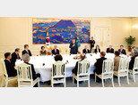 문재인 대통령이 5월 2일 청와대 본관 인왕실에서 열린 사회원로들과 오찬간담회를 갖고 인사말을 하고 있다. [박영대 기자]