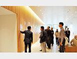 동아 CDM 아카데미 참가자들이 일본 오사카의 파나소닉 본사를 방문해 전시관을 둘러보고 있다. [사진 제공 · 동아 CDM 아카데미]