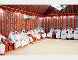 마즐리스 문화와 에티켓에 대해  배우고 있는 카타르 어린이들. [카타르 트리뷴]