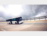 전북 군산시 옥구읍 새만금주행시험장(SMPG)의 상용고속주회로(High Speed Circuit)에서 에디슨모터스의 친환경 버스 신규 모델이 주행 시험을 하고 있다. [박해윤 기자]