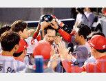 6월 25일 서울 잠실야구장에서 열린 '2019 KBO 리그' SK 와이번스와 LG 트윈스의 경기에서 SK 최정이 9회 초 1사 솔로홈런을 친 후 더그아웃에서 동료들의 축하를 받고 있다. [동아DB]