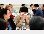 4월 1일 청와대 영빈관에서 열린 시민사회단체 초청 간담회에서 엄창환 전국청년정책네트워크 대표(오른쪽)가 청년기본법 등에 대해 발언하던 중 눈물을 훔치고 있다. [동아DB]