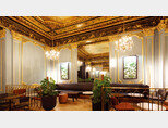 프랑스 파리의 오페라 극장 '오페라 가르니에' 인근에 위치한 스타벅스 매장은 천장 벽화, 크리스털 샹들리에, 대리석 기둥 등으로 궁전 같은 분위기를 자아낸다. [www.starbucks.comⓒHUGO HEBRARD]