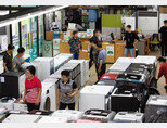 7월 22일 오후 경기 파주 올랜드아울렛 본점에서 리퍼브 제품을 둘러보고 있는 사람들. [지호영 기자]