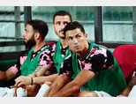 7월 26일 서울월드컵경기장에서 열린 K리그 올스타와 유벤투스 FC의 친선경기에서 벤치에 앉아 있는 크리스티아누 호날두(오른쪽). [동아DB]