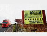 북아일랜드와 아일랜드 국경에 세워진 브렉시트 반대 표지판. [sky news]