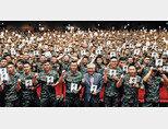 김태성 해병 제1사단장과 이국노 한국예도문화 장학체육재단 이사장(가운데)이 특강을 마친 뒤 해병대원들에 둘러싸여 기념촬영을 하고 있다. [박해윤 기자]