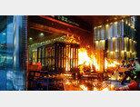 홍콩 금융산업의 상징인 센트럴 지하철역 입구가 시위대의 방화로 불타고 있다. [SCMP]