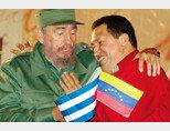 피델 카스트로 전 쿠바 국가평의회 의장(왼쪽)과 우고 차베스 전 베네수엘라 대통령이 포옹하고 있다. [ACN]
